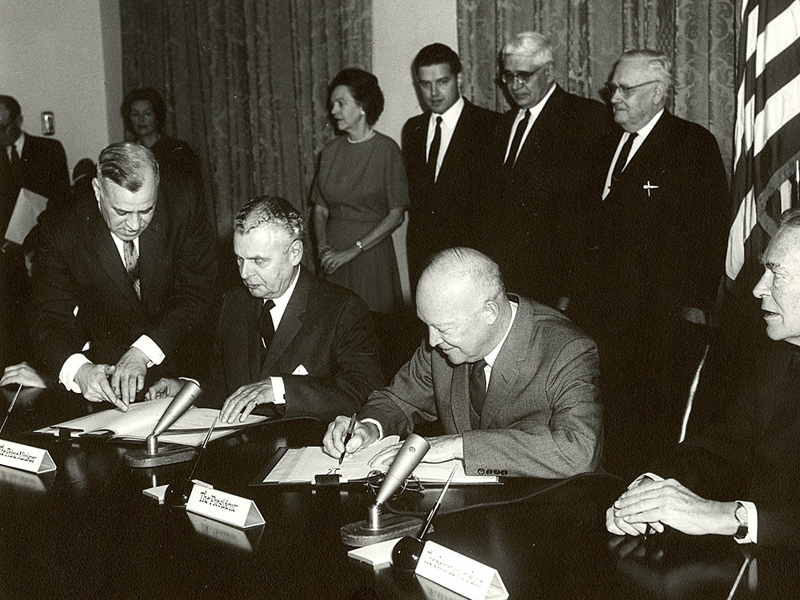 John Diefenbaker, Dwight Eisenhower, and their aides at table